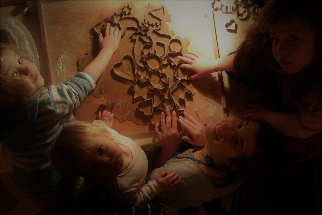 rodzinne wycinanie pierniczków